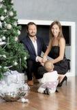 Οικογενειακό πορτρέτο κοντά στο χριστουγεννιάτικο δέντρο Στοκ φωτογραφία με δικαίωμα ελεύθερης χρήσης