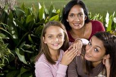 Οικογενειακό πορτρέτο, μητέρα με το όμορφο daughte δύο στοκ φωτογραφίες με δικαίωμα ελεύθερης χρήσης