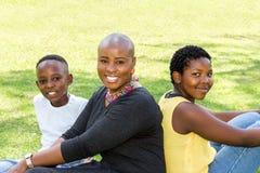 Οικογενειακό πορτρέτο της αφρικανικής μητέρας με δύο παιδιά Στοκ Εικόνες