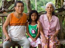 Οικογενειακό πορτρέτο της οικογένειας στο χωριό Kuching, Μαλαισία στοκ φωτογραφία με δικαίωμα ελεύθερης χρήσης
