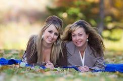 Οικογενειακό πορτρέτο φθινοπώρου στοκ φωτογραφία με δικαίωμα ελεύθερης χρήσης