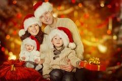 Οικογενειακό πορτρέτο Χριστουγέννων, ευτυχή παιδί μητέρων πατέρων και WI μωρών στοκ φωτογραφίες με δικαίωμα ελεύθερης χρήσης