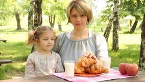 Οικογενειακό πρόγευμα μητέρων και κορών απόθεμα βίντεο