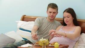 Οικογενειακό πρόγευμα στο κρεβάτι απόθεμα βίντεο