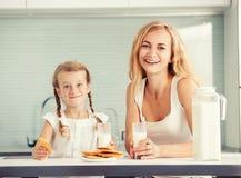 Οικογενειακό πόσιμο γάλα Στοκ Εικόνες