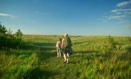 Οικογενειακό ταξίδι κατά μήκος της ακτής στοκ εικόνα με δικαίωμα ελεύθερης χρήσης