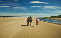 Οικογενειακό ταξίδι κατά μήκος της ακτής στοκ φωτογραφίες με δικαίωμα ελεύθερης χρήσης