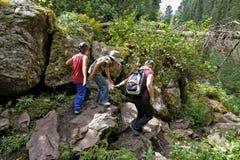 Οικογενειακό ταξίδι στα βουνά Στοκ Φωτογραφίες