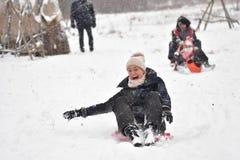 Οικογενειακό το χειμώνα στο χιόνι στοκ εικόνες