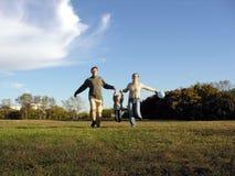 οικογενειακό τρέξιμο φθ& Στοκ Εικόνες