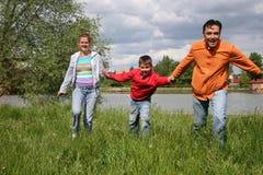 οικογενειακό τρέξιμο στοκ εικόνες