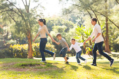 Οικογενειακό τρέχοντας δάσος Στοκ Φωτογραφία