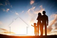 Οικογενειακό όνειρο για ένα καινούργιο σπίτι, σπίτι Παιδί, γονείς Στοκ φωτογραφία με δικαίωμα ελεύθερης χρήσης