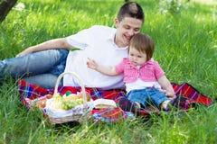 οικογενειακό picnic νεολαί&ep στοκ εικόνα με δικαίωμα ελεύθερης χρήσης