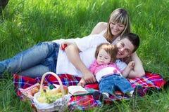 οικογενειακό picnic τρία νεο στοκ φωτογραφία με δικαίωμα ελεύθερης χρήσης