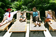 οικογενειακό poolside Στοκ εικόνες με δικαίωμα ελεύθερης χρήσης