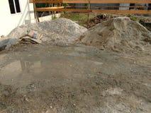 Οικοδομικά υλικά, πέτρα αμμοχάλικου, με την οικοδόμηση στο υπόβαθρο στοκ εικόνα με δικαίωμα ελεύθερης χρήσης