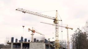 Οικοδομική Βιομηχανία Timelapse Τρεις γερανοί και μια ομάδα εργαζομένων χτίζουν ένα σπίτι φιλμ μικρού μήκους