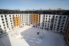 Οικοδόμηση ενός κατοικημένου multi-storey κτηρίου νέος κατοικημένος περιο& Κτήριο στοκ εικόνα