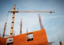 Οικοδόμηση ενός κτηρίου από τους γερανούς Στοκ Φωτογραφία