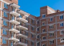 Οικοδόμηση ενός multi-storey κτηρίου νέα περιοχή σπιτιών οικοδόμησης κτηρίου Στοκ φωτογραφίες με δικαίωμα ελεύθερης χρήσης