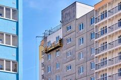 Οικοδόμηση ενός multi-storey κτηρίου σε μια νέα γειτονιά στοκ φωτογραφία με δικαίωμα ελεύθερης χρήσης