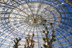 Οικοδόμηση θόλων του βοτανικού κήπου φιαγμένου από γυαλί και μέταλλο μέσα Στοκ Φωτογραφίες