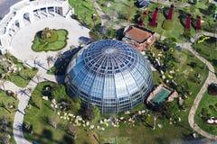 Οικοδόμηση θόλων του βοτανικού κήπου φιαγμένου από γυαλί και μέταλλο μέσα Στοκ εικόνα με δικαίωμα ελεύθερης χρήσης