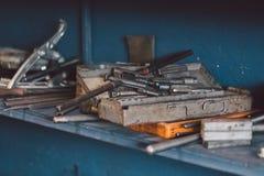 Οικοδόμηση και μέτρηση των εργαλείων στο εργαστήριο Στοκ φωτογραφίες με δικαίωμα ελεύθερης χρήσης