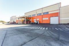 Οικοδόμηση κατασκευής του σύγχρονου εργοστασίου επεξεργασίας ανακύκλωσης αποβλήτων στο πορτοκαλί ύφος Χωριστή συλλογή απορριμάτων στοκ φωτογραφία με δικαίωμα ελεύθερης χρήσης
