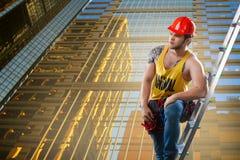 Οικοδόμηση, κτήριο και έννοια εργαζομένων - καυκάσιος αρσενικός οικοδόμος που φορά το άσπρο κράνος στοκ φωτογραφία