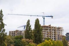 Οικοδόμηση κτηρίου με το γερανό στην πόλη Στοκ Φωτογραφίες