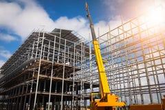 Οικοδόμηση κτηρίου που χρησιμοποιεί τους κινητούς γερανούς στοκ εικόνες με δικαίωμα ελεύθερης χρήσης