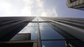 Οικοδόμηση με την αντανάκλαση των σύννεφων και των μπλε ουρανών Στοκ Εικόνες
