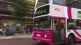 Οικοδόμηση με το λεωφορείο και τους ανθρώπους απόθεμα βίντεο