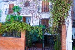 Οικοδόμηση με το παραδοσιακό παράθυρο που διακοσμείται με τα φρέσκα πορτοκαλιά λουλούδια Ισπανία, Nerja Στοκ Εικόνες