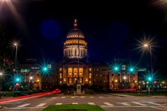 Οικοδόμηση πρωτεύουσας του Αϊντάχο τη νύχτα με τους φωτεινούς σηματοδότες Στοκ Εικόνες