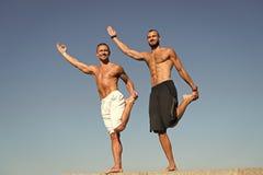 Οικοδόμηση της μυϊκής δύναμής σας Μυϊκό men do sport και ικανότητα Τα άτομα εκτελούν τις δραστηριότητες υγείας υπαίθριες _ στοκ φωτογραφίες