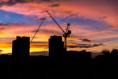 Οικοδόμηση της σκιαγραφίας με τον όμορφο ουρανό λυκόφατος στοκ φωτογραφίες με δικαίωμα ελεύθερης χρήσης