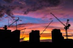 Οικοδόμηση της σκιαγραφίας με τον όμορφο ουρανό λυκόφατος στοκ εικόνα με δικαίωμα ελεύθερης χρήσης