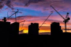 Οικοδόμηση της σκιαγραφίας με τον όμορφο ουρανό λυκόφατος στοκ φωτογραφία