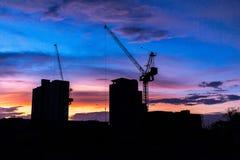 Οικοδόμηση της σκιαγραφίας με τον όμορφο ουρανό λυκόφατος στοκ εικόνες