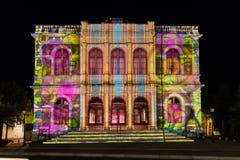 Οικοδόμηση του ελαφριού φεστιβάλ Chartres προσόψεων στοκ εικόνες
