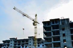 Οικοδόμηση του εργοτάξιου οικοδομής με το γερανό ενάντια στο φωτεινό μπλε ουρανό στοκ φωτογραφίες