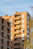 Οικοδόμηση του multi-storey κατοικημένου κτηρίου σπιτιών τούβλου Στοκ εικόνες με δικαίωμα ελεύθερης χρήσης