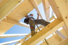 Οικοδόμοι στην εργασία με την ξύλινη κατασκευή στεγών στοκ φωτογραφία με δικαίωμα ελεύθερης χρήσης