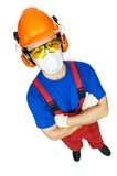 Οικοδόμος hardhat, τα καλύμματα αυτιών, τα προστατευτικά δίοπτρα και τη μάσκα αερίου στοκ φωτογραφία
