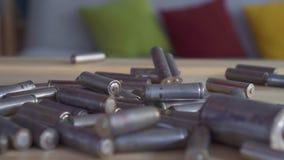 Οικολογία ιδέας έννοιας, χρησιμοποιημένη πτώση μπαταριών κοντά επάνω  απόθεμα βίντεο