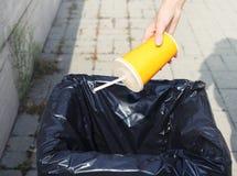 Οικολογία, περιβάλλον, έννοια ανακύκλωσης - χέρι που ρίχνει το πλαστικό στοκ φωτογραφία με δικαίωμα ελεύθερης χρήσης