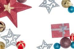 οικολογικός ξύλινος διακοσμήσεων Χριστουγέννων Υπόβαθρο με τα δώρα και τις διακοσμήσεις Χριστουγέννων Σφαίρες και αστέρια Χριστου Στοκ φωτογραφία με δικαίωμα ελεύθερης χρήσης